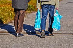 Personas llevando bolsas de plástico