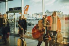 Personas andando por un aeropuerto