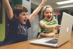 Niños jugando a ordenador