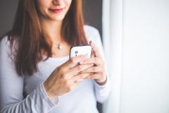 Mujer sosteniendo teléfono móvil