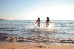 Dos chicas corriendo al mar