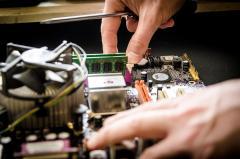 Persona reparando equipo informático